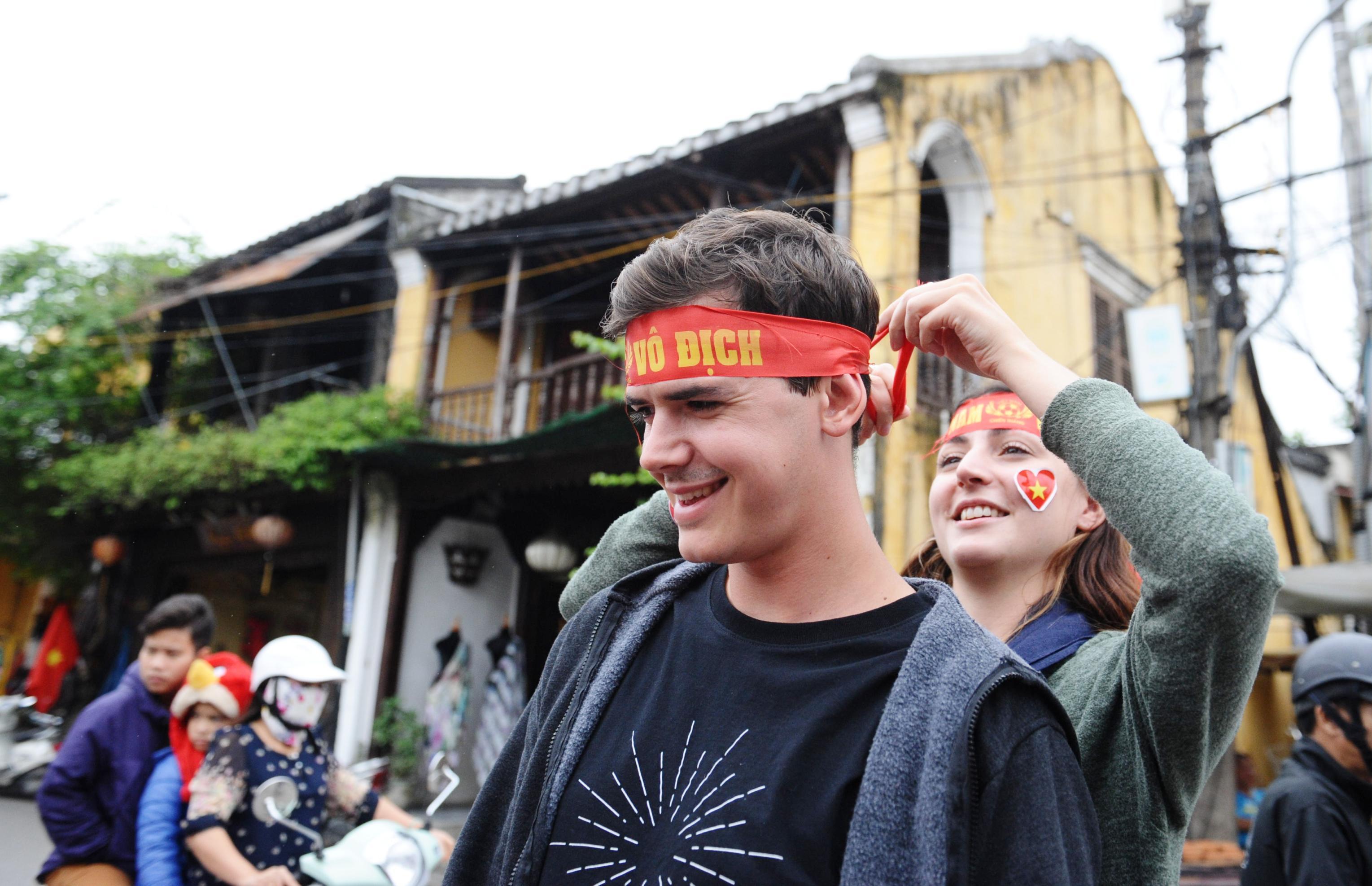 Nhiều du khách nước ngoài cũng hòa mình với không khí cổ động của người dan Hội an. Ảnh: PHAN VINH