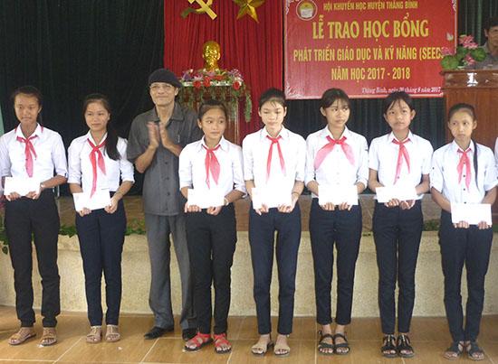 Trao học bổng SEDDS cho học sinh tại huyện Thăng Bình. Ảnh: X.PHÚ