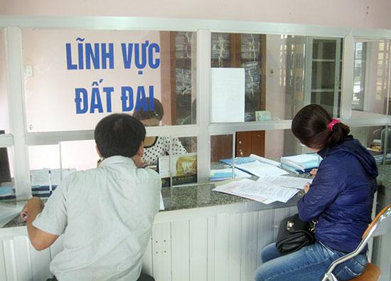 """Công dân giải quyết hồ sơ thủ tục tại Bộ phận """"một cửa"""" huyện Núi Thành. Ảnh: Văn Phin"""