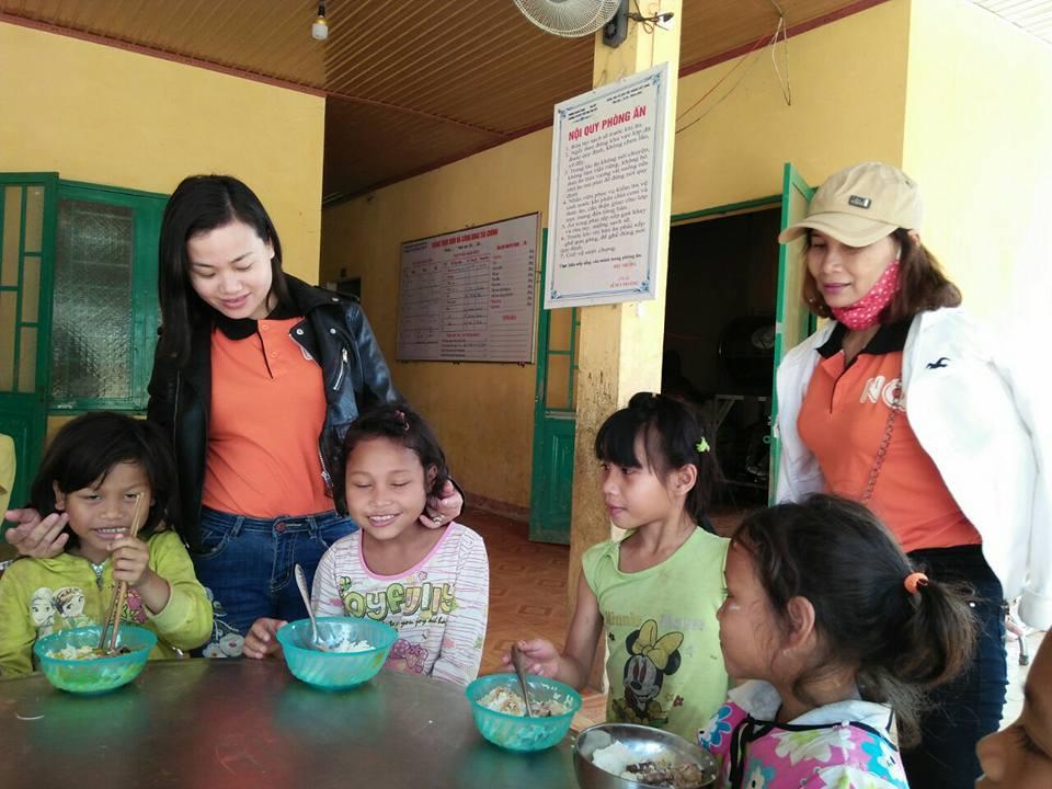 Giáo viên Trưởng Tiểu học Ngô Quyền thăm học trò Trường Tiểu học Trà Tập (Nam Trà My).ảnh: Nhà trường cung cấp.