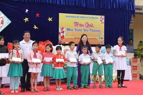 Trường Tiểu học Lê Thị Hồng Gấm tổ chức chương trình trao quà