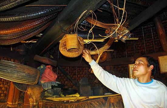 Nhiều hiện vật được dân làng đóng góp và giữ gìn tại gươl  làng Aréc (xã A Vương, huyện Tây Giang).Ảnh: CÔNG NGƯỚC