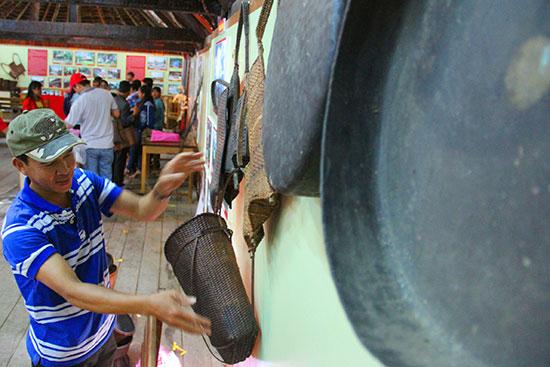 Một số hiện vật văn hóa của đồng bào vùng cao được trưng bày tại lễ hội trình diễn cây nêu và Ngày hội văn hóa các dân tộc thiểu số Việt Nam năm 2017.