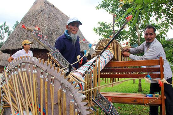Các già làng người Co trang trí lại cây nêu cùng bộ Gu truyền thống.