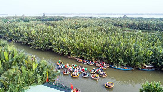 Đắm mình trong không gian xanh của sông nước và rừng dừa.