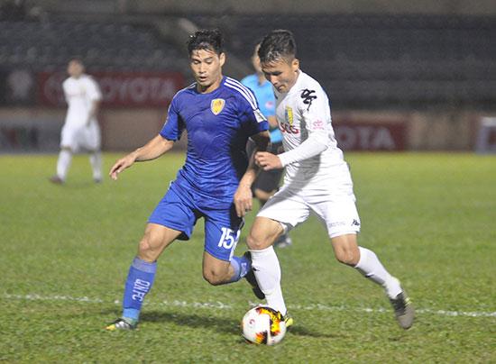 """Cầu thủ xuất sắc tại vòng chung kết U23 châu Á Quang Hải (bên phải) cũng cần sớm """"trở lại mặt đất"""" để phát triển chuyên môn trong màu áo Hà Nội tại V-League sắp tới."""