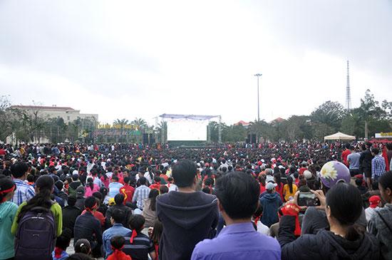 Một biển người hâm mộ Quảng Nam xem trận chung kết của U23 Việt Nam qua màn hình LED tại Quảng trường 24.3 (Tam Kỳ) do UBND TP.Tam Kỳ tổ chức. Ảnh: T.VY