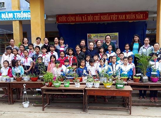 Tham gia việc trồng cây giúp học sinh luôn giữ gìn môi trường sống.