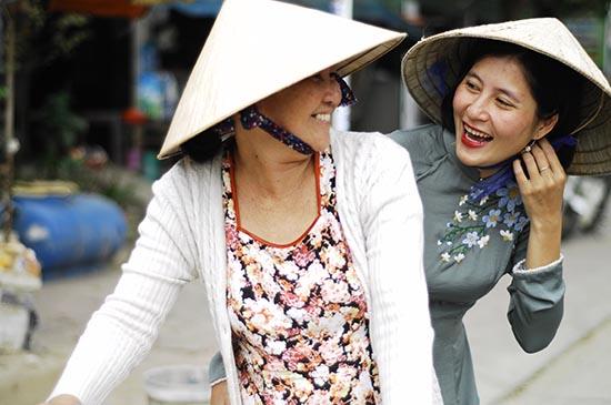 Bình (phải) luôn mang khát khao mở rộng thương hiệu ChiBa Hội An. Ảnh: X.THỌ