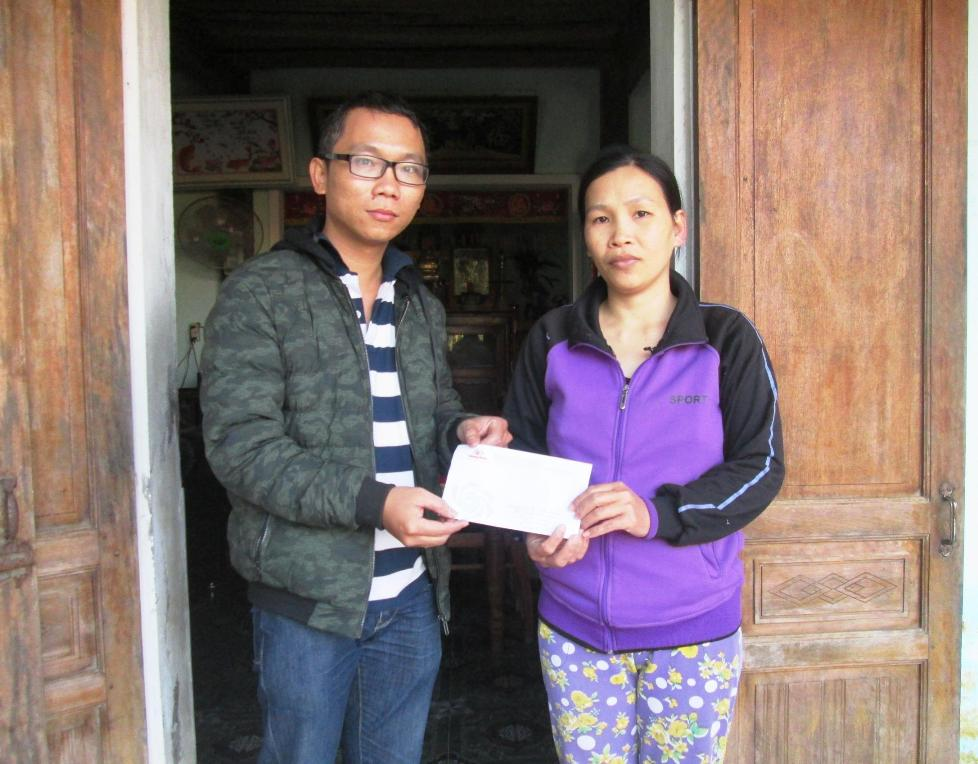 Chiều ngày 4.2, đại diện Báo Quảng Nam tiếp tục trao 500 nghìn đồng của một bạn đọc hỗ trợ cho chị Trần Thị My Lên.  Ảnh: T.S
