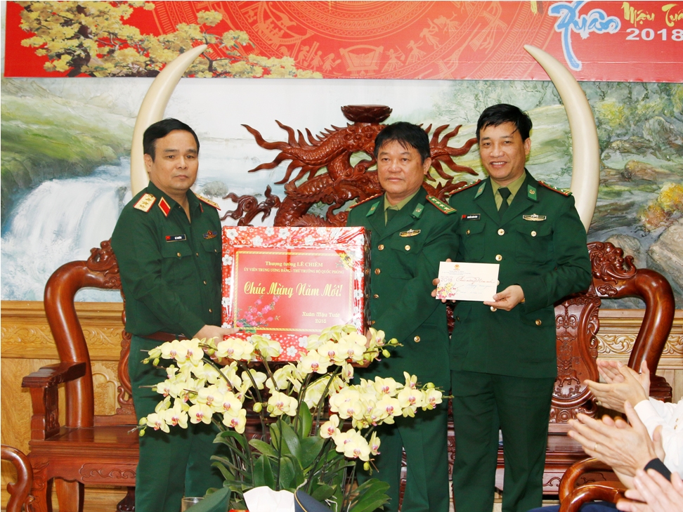 Thượng tướng Lê Chiêm, Ủy viên Trung ương Đảng, Thứ trưởng BQP tặng quà, chúc tết cán bộ, chiến sĩ Bộ đội Biên phòng tỉnh Quảng Nam.