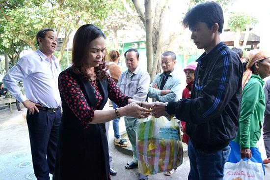 Bác sĩ Phan Minh Đức (đứng phía sau, bên trái) kết nối nhiều tấm lòng hảo tâm với bệnh nhân. Ảnh: CT