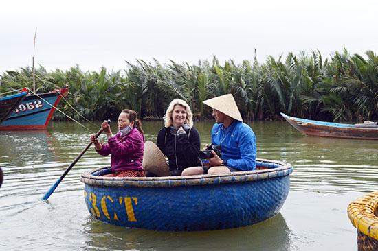 Lượng khách tăng cao giúp người dân khu vực rừng dừa Bảy Mẫu có thêm thu nhập.Ảnh: VĨNH LỘC