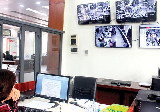 Giám sát hoạt động giao dịch qua hệ thống camera tại Trung tâm Hành chính công và xúc tiến đầu tư Quảng Nam. Ảnh: VĂN HÀO