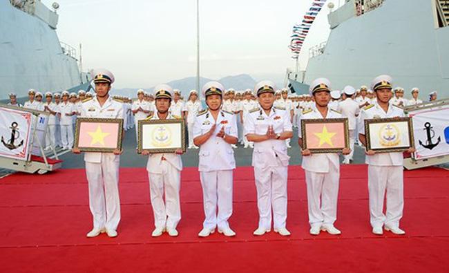 Lãnh đạo, chỉ huy Bộ tư lệnh Vùng 4 trao quốc kỳ và Quân kỳ Hải quân cho kíp tàu 015 Trần Hưng Đạo và 016 Quang Trung (Ảnh: QĐND)