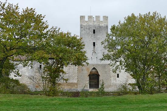 Tòa lâu đài cổ từ thế kỷ XI đang được tổ chức Union Rempart trùng tu miễn phí. Ảnh: T.Đ.A.S