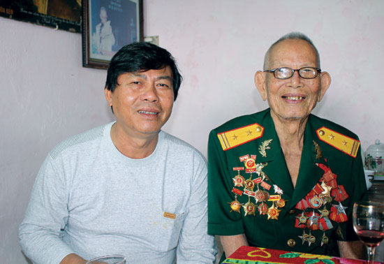 Anh hùng lực lượng vũ trang nhân dân Nguyễn Văn Thành và tác giả tại nhà riêng ở TP.Đà Nẵng tháng 12.2017. Ảnh ĐÌNH QUÂN
