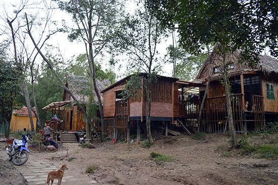 Những ngôi nhà sinh thái trong trang trại An Nhiên. Ảnh: K.LINH