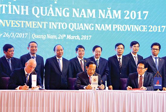 Ký kết thỏa thuận hợp tác ba bên giữa Quảng Nam - PVN và Exxon Mobil tại Hội nghị xúc tiến đầu tư Quảng Nam 2017 ngày 26.3.2017 tại Quảng Nam. Ảnh: PHƯƠNG THẢO
