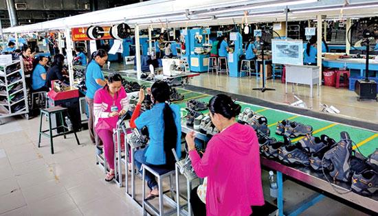 Kinh tế tư nhân giải quyết lực lượng lớn lao động tại địa phương. Trong ảnh: Một dây chuyền nhà máy gia công giày da tại Khu công nghiệp Thuận Yên (TP.Tam Kỳ).Ảnh: H.P