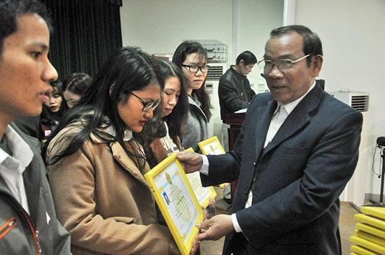 Trao học bổng Đất Quảng cho sinh viên.