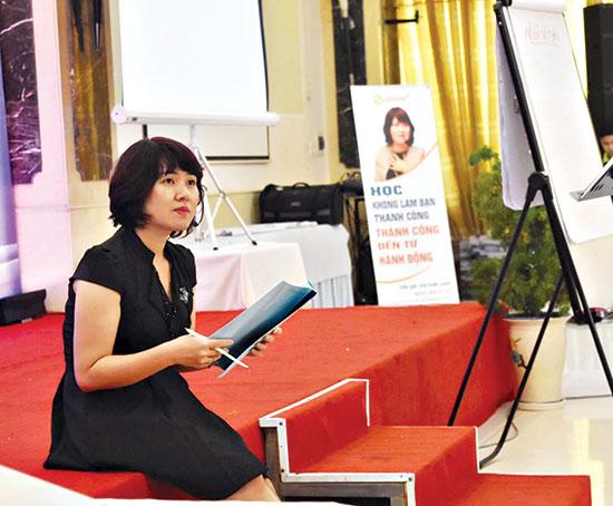Bà Ngô Bích Hà trong một buổi nói chuyện với CEO tại Đà Nẵng. Ảnh N.V.C.C