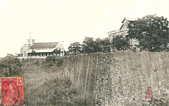 Nhà thờ và bệnh viện Tây do người Pháp xây dựng trên thành Điện Hải hồi đầu thế kỷ XX.
