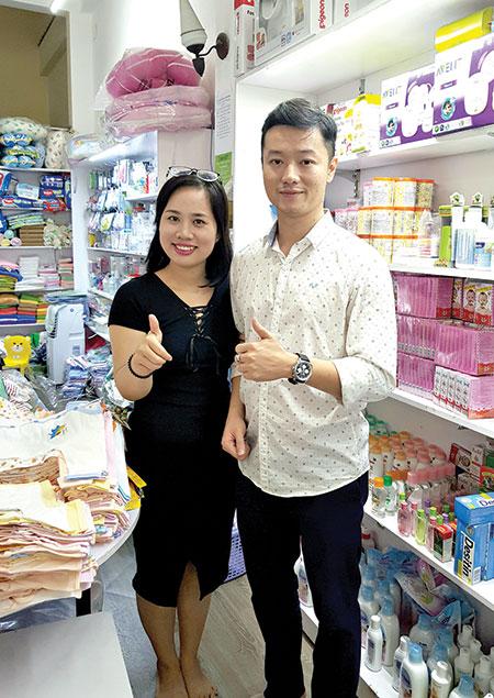 Vợ chồng anh Phạm Thành Long hiện sở hữu chuỗi thương hiệu ở 14 cửa hàng trên cả nước về mặt hàng mẹ và bé.Ảnh: QUỐC TUẤN
