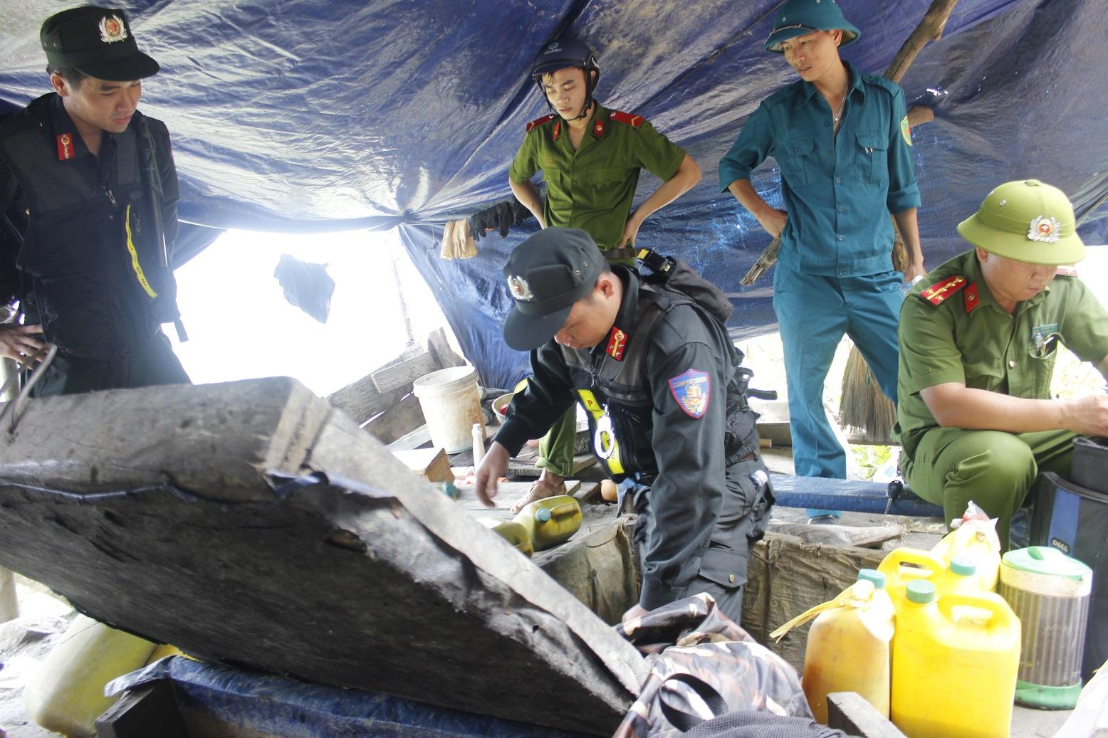 Công an huyện Phú Ninh trong một lần truy quét tại bãi vàng Bồng Miêu trong năm 2017.Ảnh:THANH THẮNG
