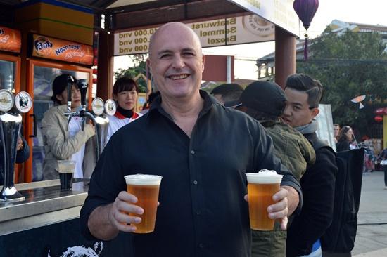 Du khách thích thú với bia Đức