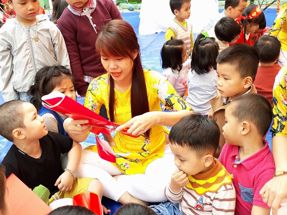 Cô và trò Trường Mẫu giáo  Hương Sen trong hội xuân. ảnh: C.N