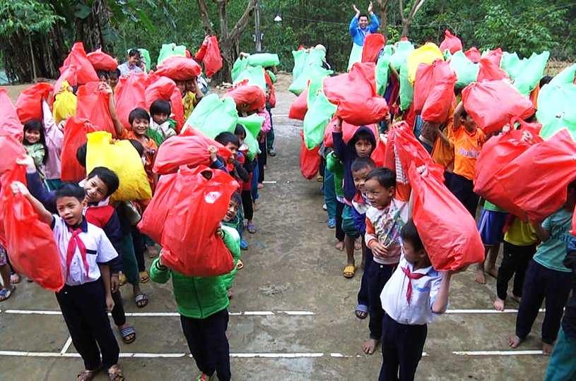 Học sinh tại Trà Vân vui mừng khi nhận quà Tết.