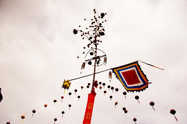 Từ giữa thân cây nêu trở lên ngọn được trang trí nhiều nhất, từ cờ phướng tới lễ vật. Ảnh: MINH HẢI