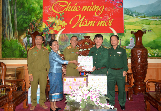 Sekong s gifts and New Year s wishes to Quang Nam Border Guards (bienphong.com.vn)