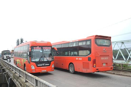Ô tô khách đường dài ngược - xuôi qua cầu An Tân (thị trấn Núi Thành, Núi Thành). Ảnh: CT