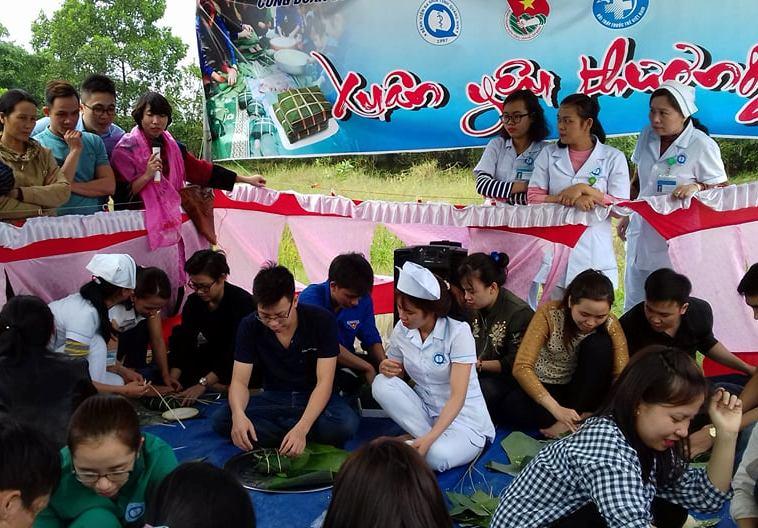 Công đoàn - Chi đoàn - CLB Khoa học trẻ BVĐK Quảng Nam tổ chức gói bánh chưng tặng bệnh nhân điều trị tại bệnh viện trong dịp tết. ảnh: C.N