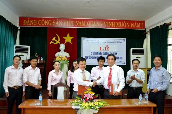 Ông Lê Văn Sinh (đứng hàng trước, bên phải) ký hợp đồng đặt hàng doanh nghiệp cung cấp dịch vụ xe buýt chất lượng cao. Ảnh: CT