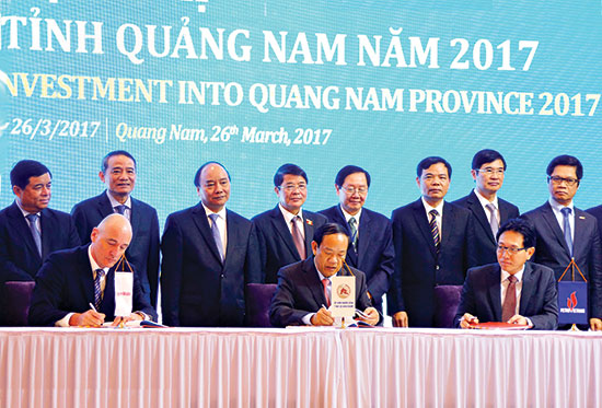 The tripartite signing ceremony of the Blue Whale project between Quang Nam, PetroVietnam and Exxon Mobil at the Quang Nam Investment Promotion Conference 2017.