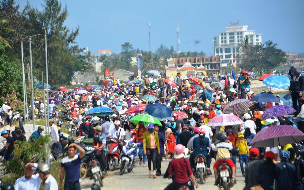 Hàng nghìn người dân Lý Sơn và du khách đi xem lễ hội đua thuyền đầu năm. Ảnh: XUÂN THỌ
