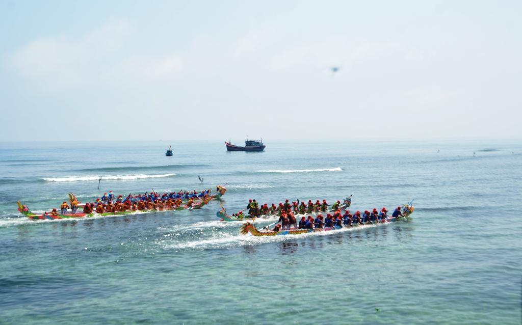 Do mực nước biển và vùng san hô, nên đua thuyền ở An Hải diễn ra sớm hơn xã An Vĩnh hơn 1 tiếng đồng hồt. Ảnh: XUÂN THỌ