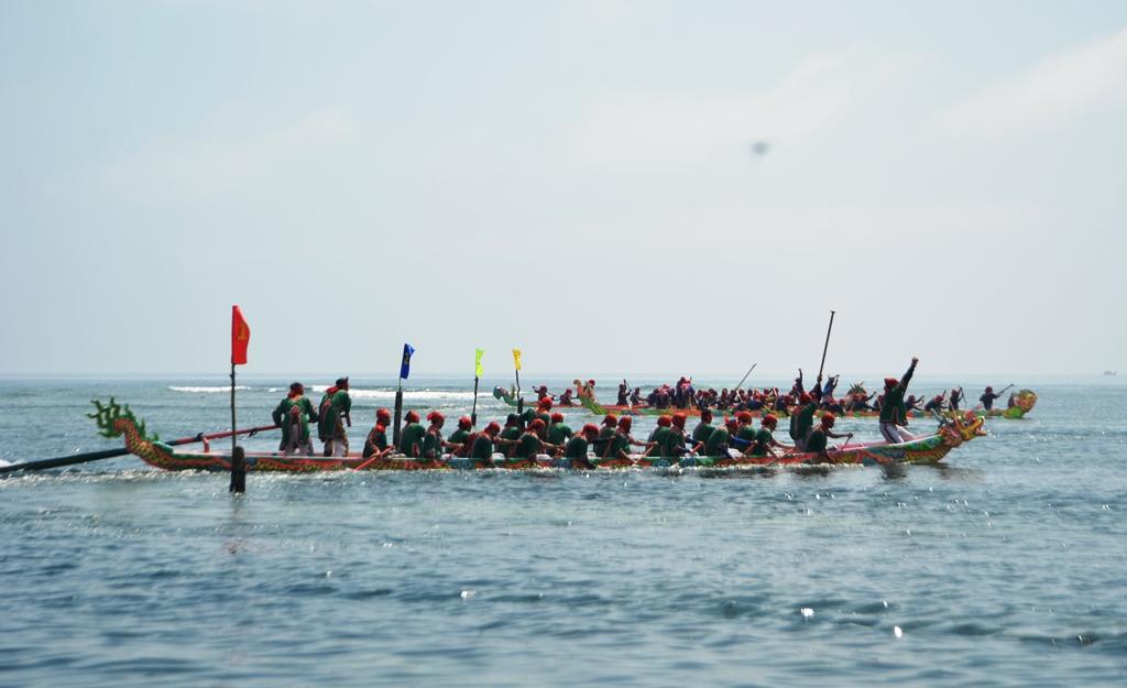 Do khác nhau về mực nước, nên khi các đội thuyền ở xã An Hải kết thúc cuộc đua, thì khoảng 30 phút sau, 4 đội thuyền xã An Vĩnh mới bước vào cuộc đua. Ảnh: XUÂN THỌ