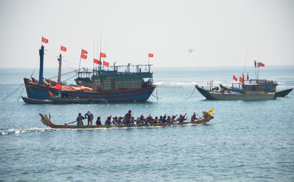 Kết thúc ngày đua đầu tiên, thuyền Phụng xã An Vĩnh (ảnh) và thuyền Phụng xã An Hải về nhất. Ảnh: XUÂN THỌ