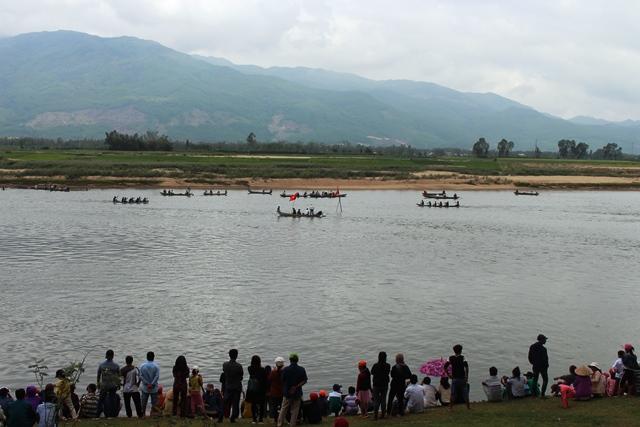 Bến sông Vu Gia qua xã Đại Phong nô nức lễ hội đua tài cầu may. Ảnh: N.DUY