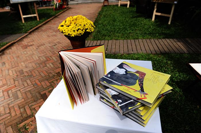 Mỗi cuốn sách bán với giá 1 triệu đồng. Ảnh: MINH HẢI
