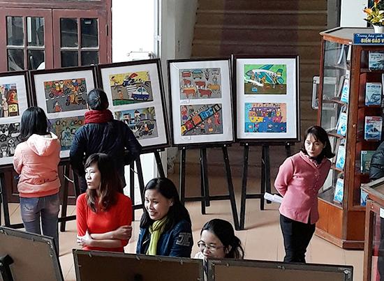 Một góc không gian triển lãm tranh thiếu nhi về an toàn giao thông tại Thư viện tỉnh. Ảnh: B.A