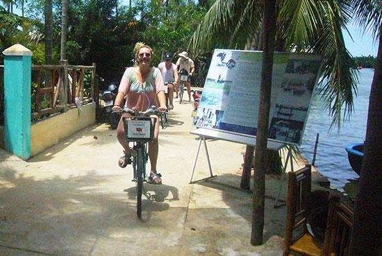 Du khách nước ngoài đạp xe trên đường làng ở các xã vùng ven. Ảnh: Đ.H