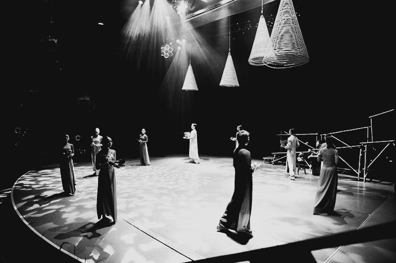 Hình ảnh, ánh sáng và âm thanh chính là chủ đạo của vỡ kịch. Ảnh; HẢI - LỘC