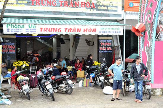 Nhà xe Trung Trần Hòa có khá đông hành khách.