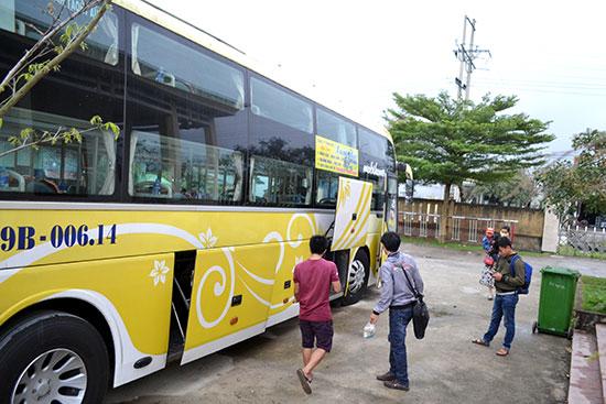 Nhà xe tuyến Quảng Nam - Lâm Đồng đón khách.       Ảnh: CÔNG TÚ