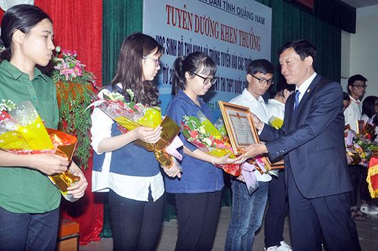 Phó Chủ tịch UBND tỉnh Trần Đình Tùng trao Bằng khen của UBND tỉnh cho các cá nhân được tuyên dương. Ảnh: X.PHÚ
